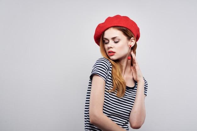 陽気な女性のポーズファッション魅力的な外観赤いイヤリングジュエリー孤立した背景。高品質の写真