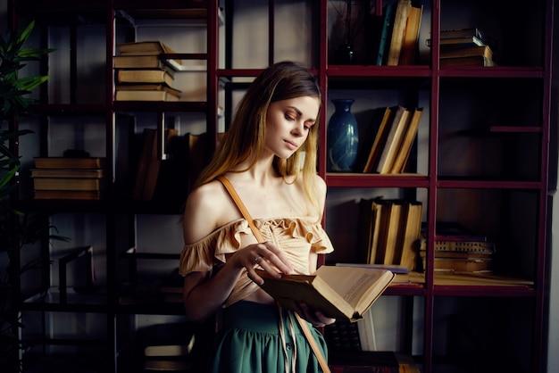 Веселая женщина читает книгу в кафе отдыха