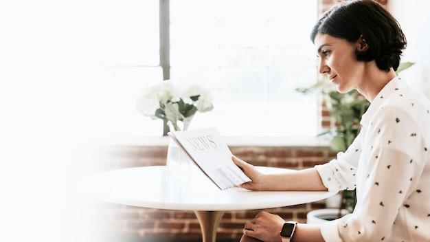 신문을 읽는 쾌활한 여자