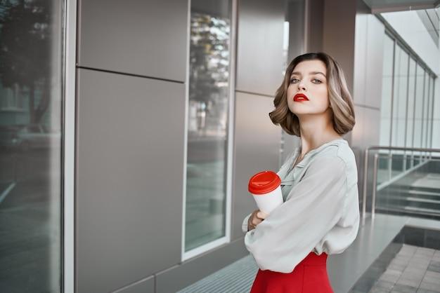 Веселая женщина красные губы очарование городской прогулки развлечения
