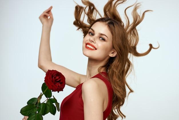 陽気な女性が手に上がった笑顔の赤い唇