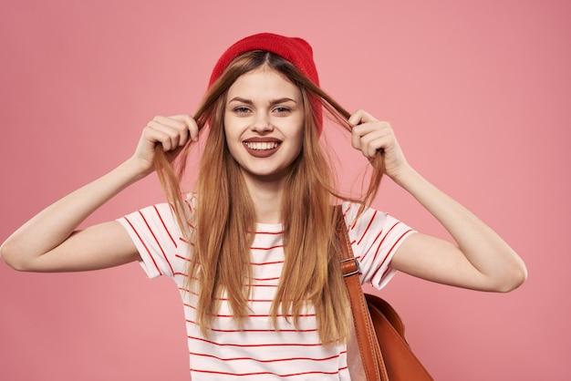 Веселая женщина полосатая футболка мода розовый