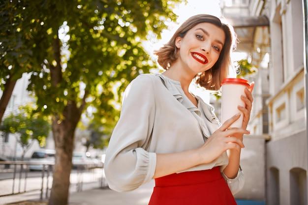 陽気な女性サマーパーク散歩休暇ポーズライフスタイル。高品質の写真