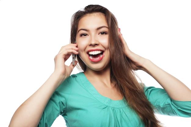 白で隔離の電話で話している陽気な女性