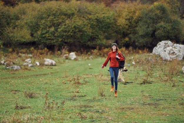 陽気な女性観光秋の旅行