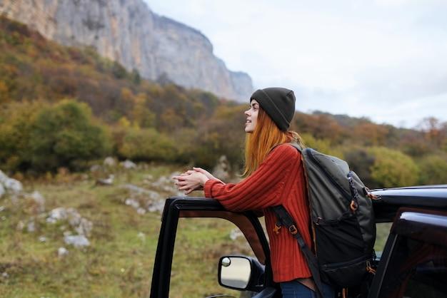 쾌활 한 여자 관광 배낭 여행 자동차 여행 산 풍경