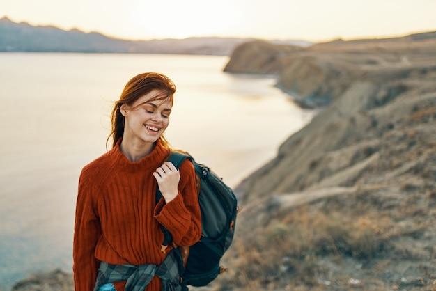 陽気な女性の観光風景山の休暇新鮮な空気