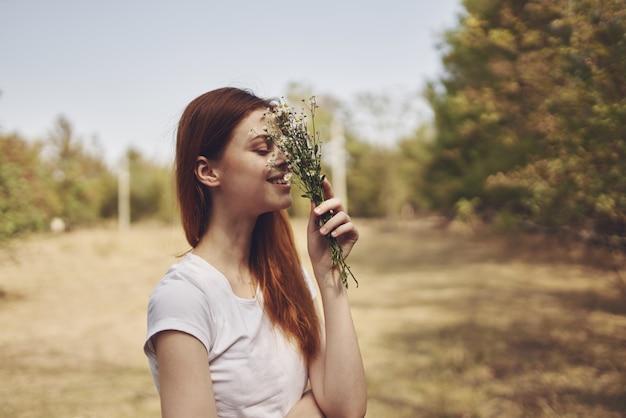 陽気な女性旅行休暇植物太陽の自由の旅