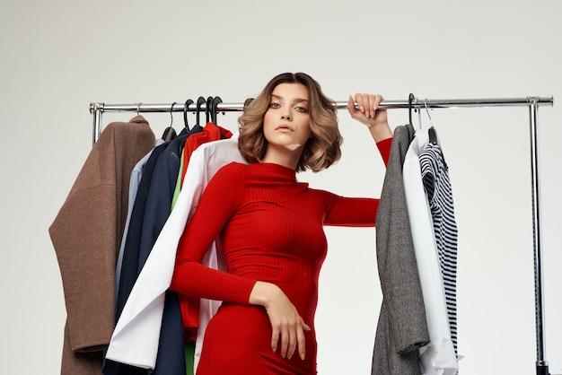 衣料品店shopaholic孤立した背景にしようとしている陽気な女性