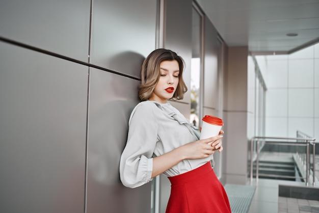 빨간 치마 야외 라이프 스타일에 걷는 쾌활 한 여자
