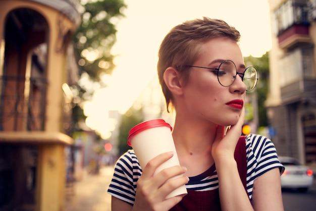 通りを歩く陽気な女性アイスクリーム休暇の自由
