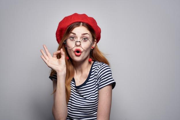 빨간 모자 메이크업 패션 포즈를 입고 쾌활 한 여자