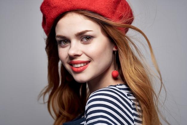 赤い帽子をかぶった陽気な女性メイクフランスヨーロッパファッションポーズライフスタイル