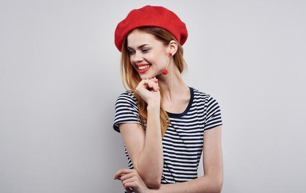 赤い帽子をかぶった陽気な女性メイクフランスヨーロッパファッションポーズモデルスタジオ