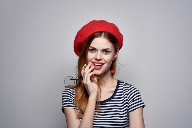안경을 쓰고 쾌활한 여자 패션 매력적인 모습 빨간 귀걸이 보석 라이프 스타일 포즈