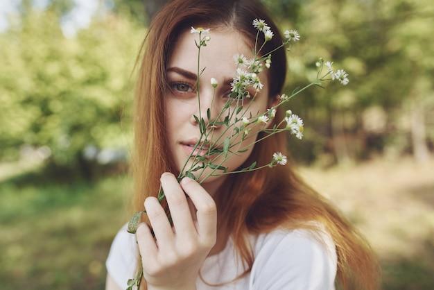 陽気な女性野花自然太陽の自由の旅