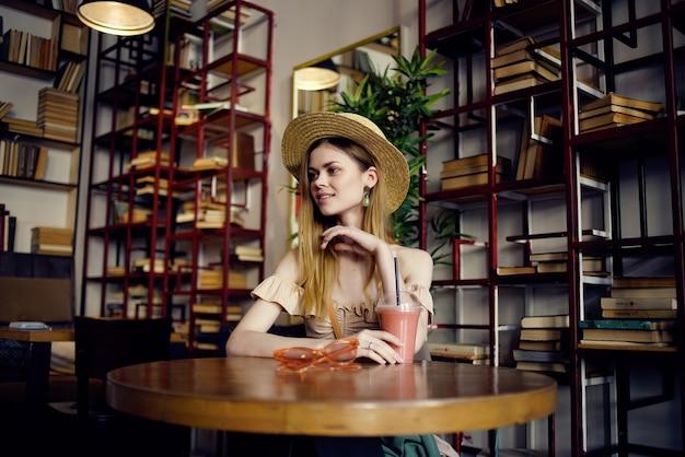 카페의 손에 책을 가진 쾌활 한 여자 라이프 스타일입니다. 고품질 사진