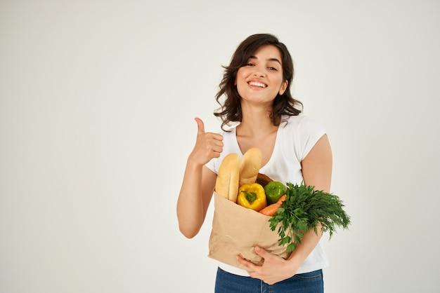 식료품 건강 식품 슈퍼마켓 쇼핑 패키지와 함께 쾌활 한 여자