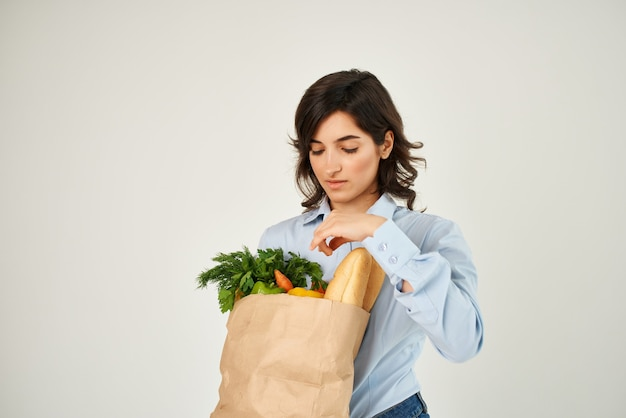식료품 슈퍼마켓 건강 식품 야채 패키지와 함께 쾌활 한 여자