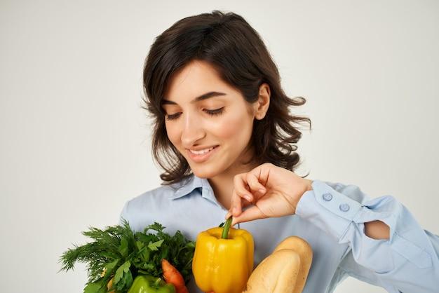 食料品スーパーマーケット健康食品野菜のパッケージを持つ陽気な女性