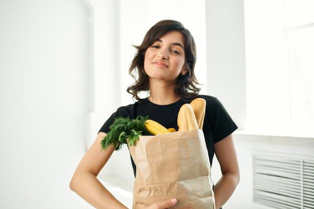 식료품 야채 배달 패키지와 함께 쾌활 한 여자