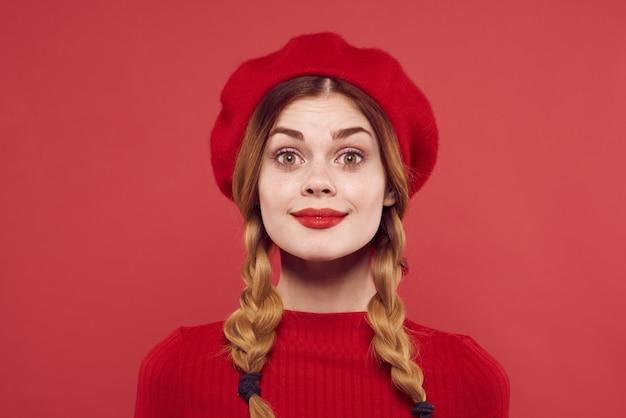 頭に赤い帽子をかぶった陽気な女性グラマースタジオポーズ