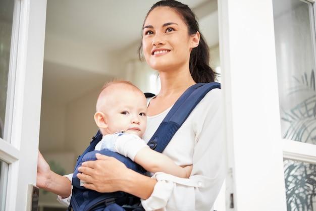 ウィンドウを開く赤ちゃんと陽気な女性