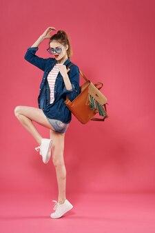 Жизнерадостная женщина с рюкзаком модная розовая модель образа жизни