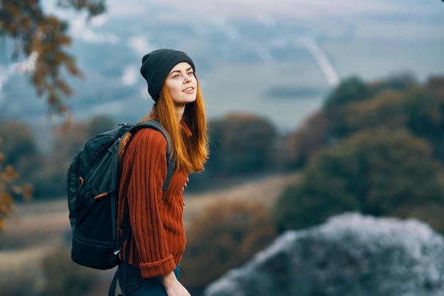 Веселая женщина с рюкзаком пейзаж горы путешествия