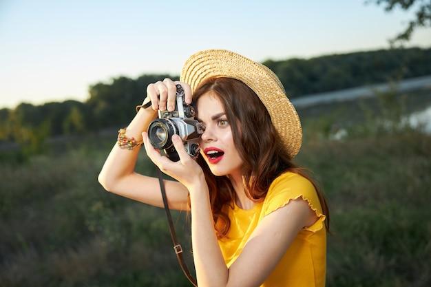 手にカメラを持つ陽気な女性