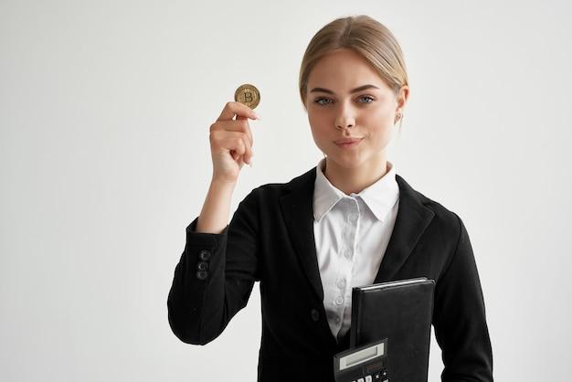 財政の明るい背景の手にドキュメントを持つ陽気な女性
