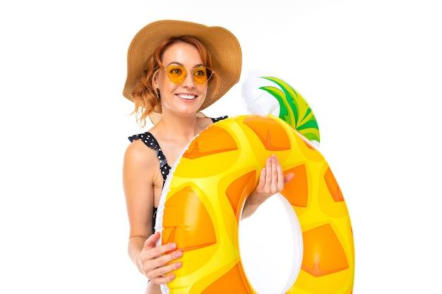 Веселая женщина со светлыми рыжими волосами в купальнике