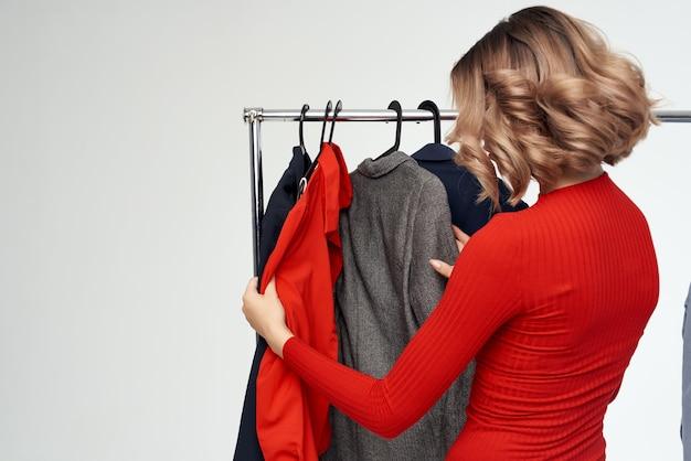 옷이 게 쇼핑 중독 감정에 노력 하는 안경을 가진 쾌활 한 여자. 고품질 사진