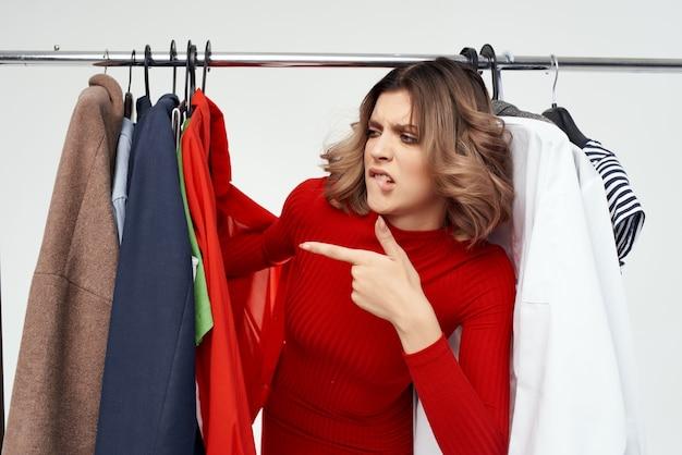 안경을 쓴 쾌활한 여성이 옷가게 쇼핑 중독 고립된 배경