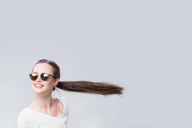 Жизнерадостная женщина с волосами на ветру