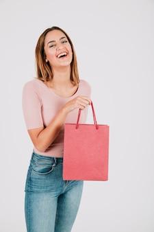 Веселая женщина с бумажным мешком