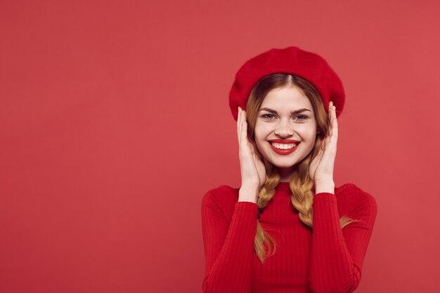 Веселая женщина с косичками весело красные губы роскошный изолированный фон