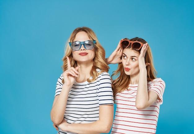 Веселые женщины в полосатых футболках в солнцезащитных очках модная коммуникационная студия