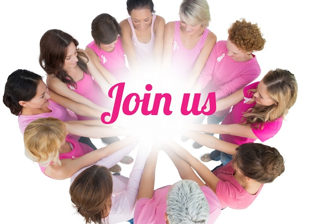 陽気な女性が乳がんのためにピンクを着た円で参加しました