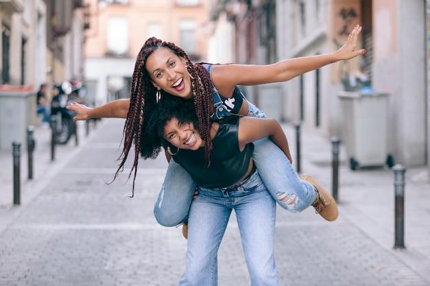 通りで自由と遊ぶ陽気な女性