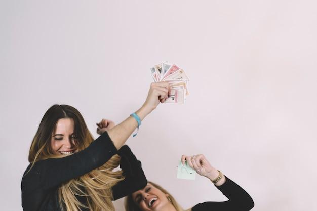 Donne allegre con carte da gioco