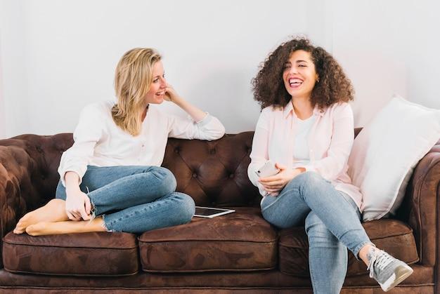 ソファーで話す技術を持つ陽気な女性