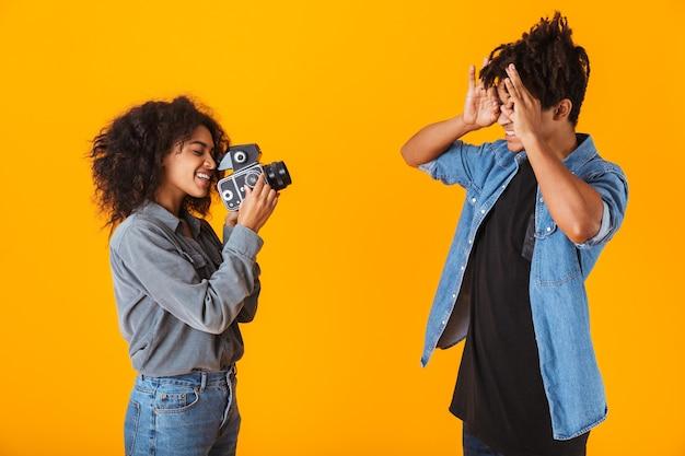 쾌활 한 젊은 아프리카 부부 절연 서, 카메라로 비디오 만들기