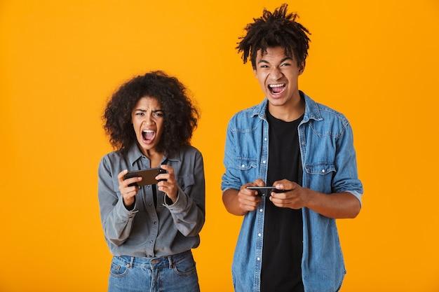 쾌활 한 젊은 아프리카 부부 절연 서, 휴대 전화에서 게임