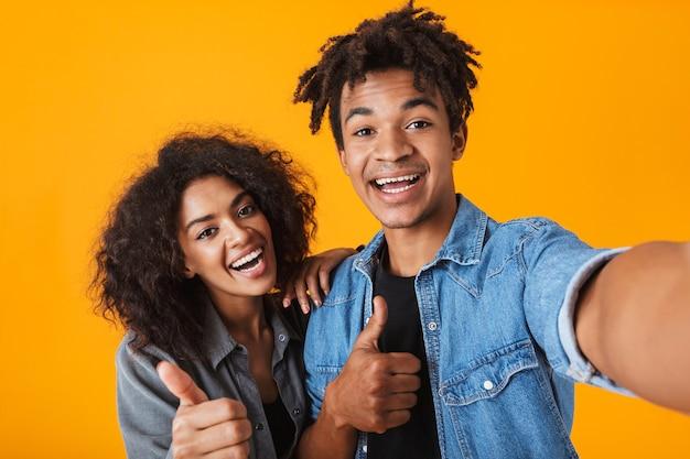 쾌활 한 젊은 아프리카 부부 서 절연, selfie를 복용