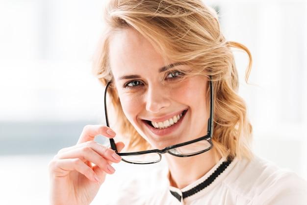 オフィスで陽気な若いビジネス女性