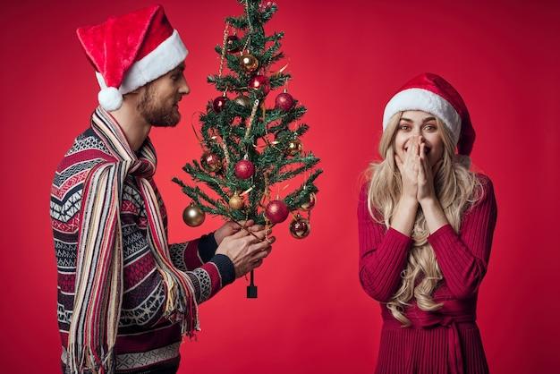 一緒に陽気な若いカップルのクリスマス休暇のロマンス。高品質の写真