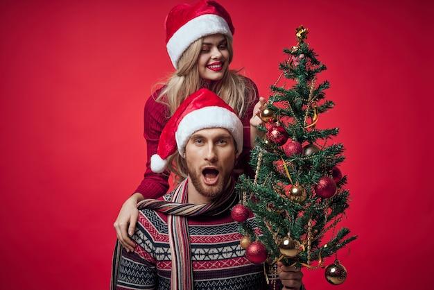一緒に陽気な若いカップルのクリスマス休暇のロマンス