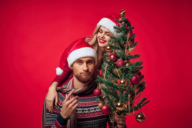 陽気な若いカップルのクリスマス休暇を一緒にライフスタイル