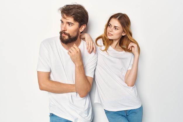 陽気な若いカップルのコミュニケーション友情カジュアルな服の明るい背景